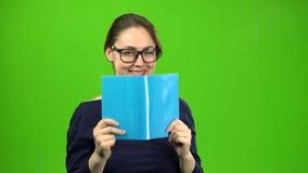 Το έξυπνο κορίτσι διαβάζει ένα βιβλίο πράσινη οθόνη φιλμ μικρού μήκους