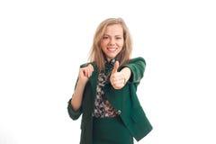 Το έξυπνο νέο bolndinka χαμόγελου επεκτείνει ένα χέρι προς τα εμπρός και παρουσιάζει κινηματογράφηση σε πρώτο πλάνο κατηγορίας χε Στοκ Εικόνα