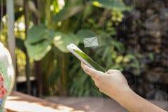 Το έξυπνο τηλέφωνο λαβής χεριών και σταλμένος ή λαμβάνει το ηλεκτρονικό ταχυδρομείο εικονίδιο ηλεκτρονικού ταχυδρομείου απεικόνιση αποθεμάτων