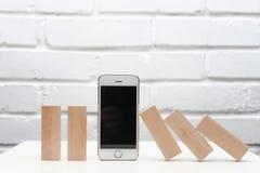 Το έξυπνο τηλέφωνο βοηθά την επιχείρηση και σταματά την αρχή ντόμινο χρυσή ιδιοκτησία βασικών πλήκτρων επιχειρησιακής έννοιας που Στοκ Εικόνα