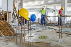 Το έργο υπό κατασκευή, εξοπλισμός ασφάλειας κρεμιέται σκουριασμένο armature α Στοκ Εικόνα