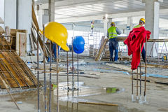 Το έργο υπό κατασκευή, εξοπλισμός ασφάλειας κρεμιέται σκουριασμένο armature α Στοκ Φωτογραφία