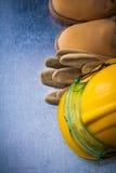 Το δέρμα κατασκευής φορά γάντια στο αδιάβροχα σκληρά καπέλο και το plasti μποτών Στοκ Φωτογραφίες