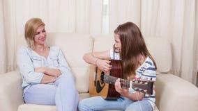 Το έφηβη παίζει ένα τραγούδι στην κιθάρα στη μητέρα της φιλμ μικρού μήκους
