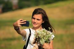 Το έφηβη παίρνει τη διασκέδαση με την κινητή Στοκ φωτογραφίες με δικαίωμα ελεύθερης χρήσης