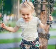 Το έφηβη πηγαίνει στο αρθρωμένο ίχνος στο πάρκο σχοινιών στοκ εικόνες με δικαίωμα ελεύθερης χρήσης