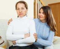 Το έφηβη προσπαθεί συμφιλιώνει με τη μητέρα στοκ εικόνα