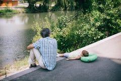 Το λίγο σγουρό κορίτσι και ο πατέρας της είναι στενείς συγγενείς Στοκ Φωτογραφίες