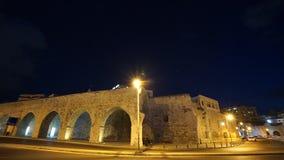 Το ίχνος κυκλοφορίας ανάβει timelapse στο ενετικό φρούριο Koules νύχτας σε Ηράκλειο, Κρήτη, Ελλάδα φιλμ μικρού μήκους