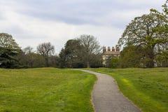 Το ίχνος στο πάρκο του Γκρήνουιτς, πορεία μεταξύ των πράσινων λιβαδιών και των δέντρων Κτήμα σε βάθη του πάρκου στοκ εικόνες