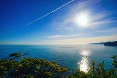 Το ίχνος του αεροπλάνου πέρα από τη θάλασσα στοκ εικόνα