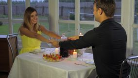 Το αγαπώντας ζεύγος το βράδυ για ένα ρομαντικό γεύμα, εκμετάλλευση παραδίδει τον πίνακα φιλμ μικρού μήκους