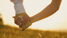 Το αγαπώντας ζεύγος - γενναίος νεαρός άνδρας και όμορφο κορίτσι στο ηλιοβασίλεμα σκιαγραφήστε, χέρια - κλείνει επάνω απόθεμα βίντεο