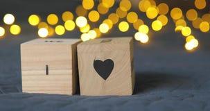 Το αγαπώ λέξεις που γράφονται από τους ξύλινους διακοσμητικούς κύβους απόθεμα βίντεο