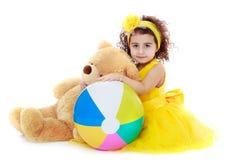 Το αγκάλιασμα μικρών κοριτσιών teddy αντέχει Στοκ φωτογραφία με δικαίωμα ελεύθερης χρήσης