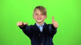 Το αγοράκι παρουσιάζει αντίχειρες πράσινη οθόνη κίνηση αργή απόθεμα βίντεο