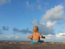 Το αγοράκι προσέχει τα σύννεφα Στοκ Εικόνες