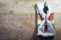 Το αγροτική πικ-νίκ χωρών ή η θέση διακοπών που θέτει με τις πετσέτες καρό και μαυρίσματος έδεσε με τη σειρά Στοκ Εικόνες