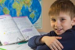 Το αγόρι έκανε την εργασία και τα χαμόγελα Στοκ εικόνα με δικαίωμα ελεύθερης χρήσης