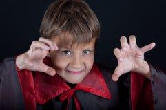 Το αγόρι έντυσε όπως το βαμπίρ για το κόμμα αποκριών Στοκ Εικόνες