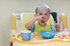 Το αγόρι 2 έτη τρώει το κουάκερ Πίνακας παιδιών ` s Η έννοια της ανεξαρτησίας παιδιών ` s Χαριτωμένο αγόρι μικρών παιδιών με το μ Στοκ Φωτογραφίες