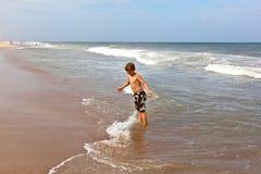 Το αγόρι έχει τη διασκέδαση στην παραλία στοκ φωτογραφίες με δικαίωμα ελεύθερης χρήσης
