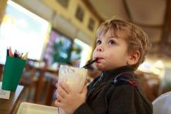 Το αγόρι έχει milkshake Στοκ φωτογραφίες με δικαίωμα ελεύθερης χρήσης