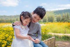 Το αγόρι ανακουφίζει τη φωνάζοντας αδελφή του στο πάρκο στοκ φωτογραφία