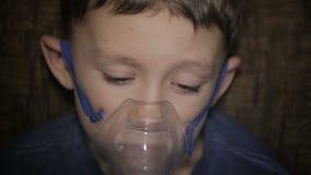 Το αγόρι αναπνέει μέσω inhaler απόθεμα βίντεο