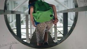 Το αγόρι αναρριχείται μέσω μιας τρύπας στον τοίχο μετάλλων Ένας έφηβος περπατά κάτω από τη γέφυρα στα τεχνικά σχέδια Δροσερό μήκο φιλμ μικρού μήκους