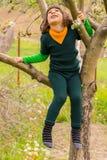 Το αγόρι αναρριχείται στο δέντρο ανατρέχοντας Στοκ Εικόνα