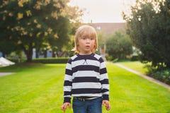 το αγόρι ανασκόπησης χαριτωμένο απομόνωσε λίγα πέρα από το λευκό πορτρέτου Στοκ φωτογραφία με δικαίωμα ελεύθερης χρήσης