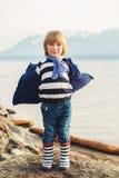 το αγόρι ανασκόπησης χαριτωμένο απομόνωσε λίγα πέρα από το λευκό πορτρέτου Στοκ Εικόνες