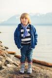 το αγόρι ανασκόπησης χαριτωμένο απομόνωσε λίγα πέρα από το λευκό πορτρέτου Στοκ Εικόνα
