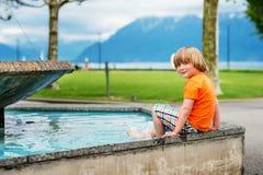 το αγόρι ανασκόπησης χαριτωμένο απομόνωσε λίγα πέρα από το λευκό πορτρέτου Στοκ εικόνες με δικαίωμα ελεύθερης χρήσης