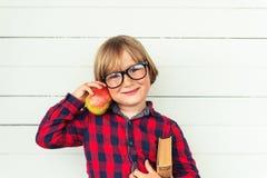 το αγόρι ανασκόπησης χαριτωμένο απομόνωσε λίγα πέρα από το λευκό πορτρέτου Στοκ Φωτογραφία