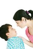 το αγόρι αντιμετωπίζει τη μητέρα του στοκ εικόνες