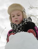 Το αγόρι απασχολείται επιμελώς sculpts σε έναν χιονάνθρωπο στοκ εικόνες με δικαίωμα ελεύθερης χρήσης