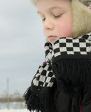 Το αγόρι απασχολείται επιμελώς sculpts σε έναν χιονάνθρωπο Στοκ Φωτογραφία