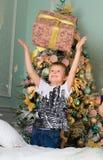 Το αγόρι απολαμβάνει το δώρο για το νέο έτος Στοκ φωτογραφία με δικαίωμα ελεύθερης χρήσης