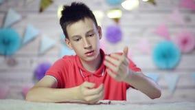 Το αγόρι βλέπει και σκέφτεται το νόμισμα φιλμ μικρού μήκους