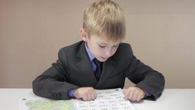 Το αγόρι βοήθειας δασκάλων γράφει φιλμ μικρού μήκους