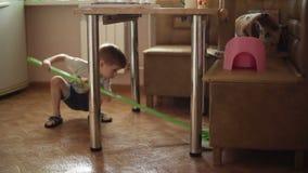 Το αγόρι βοηθά τους γονείς για να κάνει τα οικιακά φιλμ μικρού μήκους