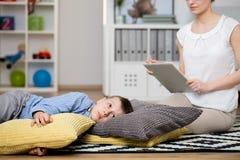 Το αγόρι βρίσκεται στα μαξιλάρια Στοκ εικόνες με δικαίωμα ελεύθερης χρήσης