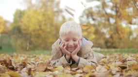 Το αγόρι βρίσκεται στο πάρκο στο έδαφος φιλμ μικρού μήκους