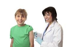 το αγόρι γενναίο λαμβάνει τον εμβολιασμό Στοκ φωτογραφία με δικαίωμα ελεύθερης χρήσης