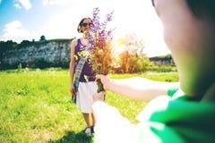 Το αγόρι δίνει στη μητέρα του μια ανθοδέσμη Στοκ εικόνα με δικαίωμα ελεύθερης χρήσης