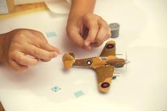 Το αγόρι δίνει την πλαστική πρότυπη εξάρτηση λήξης ww2 των αεροσκαφών 2 Στοκ φωτογραφία με δικαίωμα ελεύθερης χρήσης
