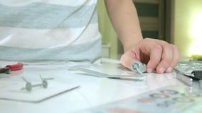 Το αγόρι δημιουργεί ένα πλαστικό πρότυπο αεροπλάνο, ένα ακριβές αντίγραφο, από το σχεδιαστή φιλμ μικρού μήκους