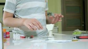 Το αγόρι δημιουργεί ένα πλαστικό πρότυπο αεροπλάνο, ένα ακριβές αντίγραφο, από το σχεδιαστή απόθεμα βίντεο